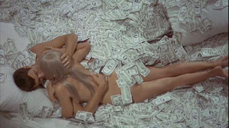 Diabolik y Eva Kant en la cama con billetes